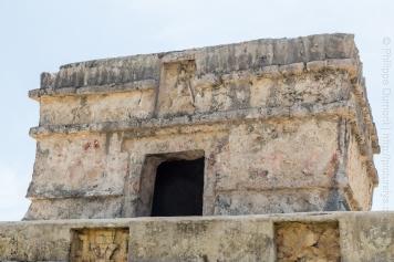 Remarquez ici, les mains rouges que l'on voit à quelques endroits sur la structure, elles sont d'origines. Construit environ en 1200. réf.: https://fr.wikipedia.org/wiki/Tulum